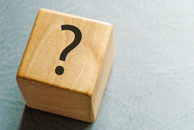 Blocco giocattolo in legno con punto interrogativo stampato