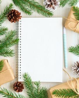 Blocco note aperto bianco, diario proiettile per lista desideri e decorazioni natalizie