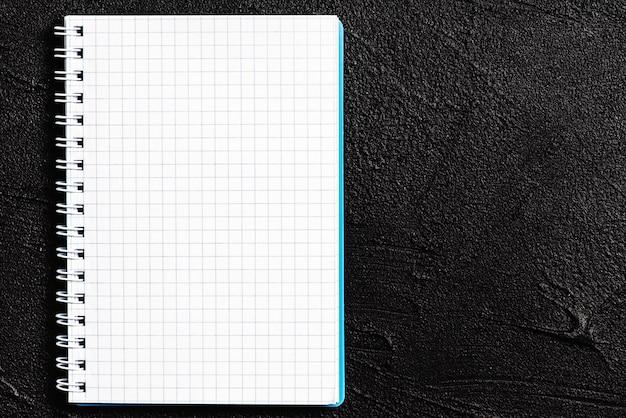 Blocco note che si trova su sfondo nero