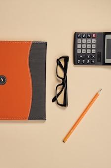 Blocco note con accessori cancelleria penna beige. foto di alta qualità