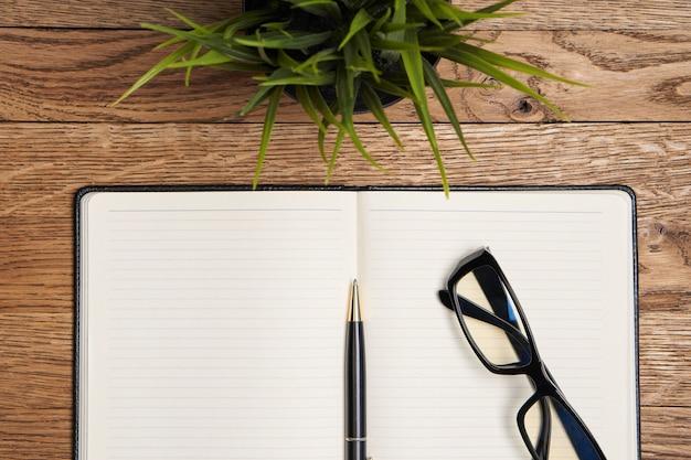 Blocco note con sfondo beige accessori cancelleria penna
