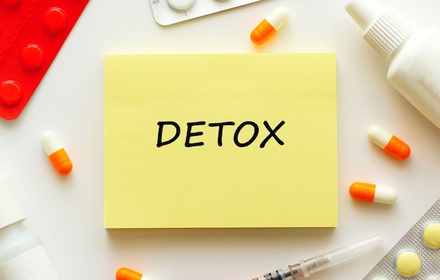Blocco note con testo detox su uno sfondo bianco. concetto medico.