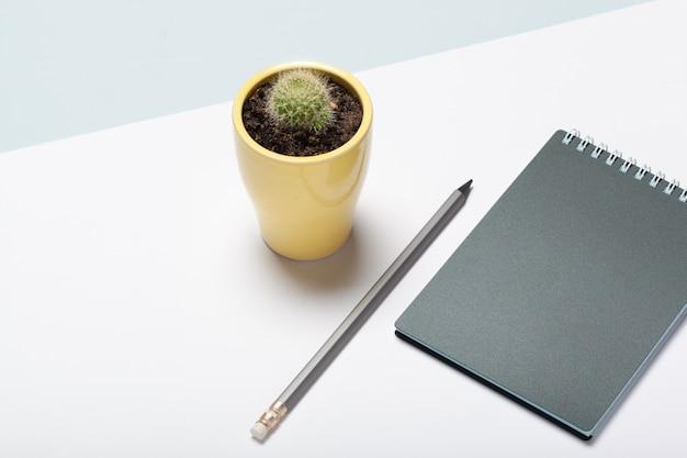 Blocco note e matita grigi sulla vista funzionante del piano d'appoggio