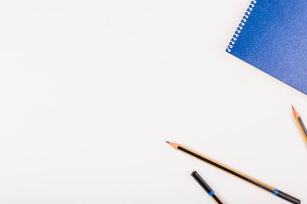 Blocco note e matite a sinistra