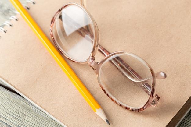 Blocco note e occhiali sul tavolo