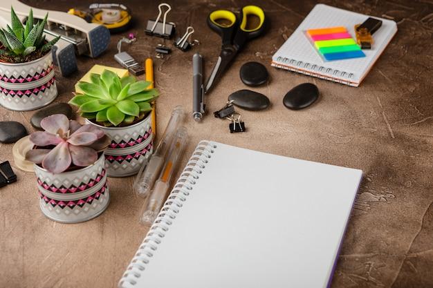 Blocco note e piante grasse sul tavolo. il concetto di business.