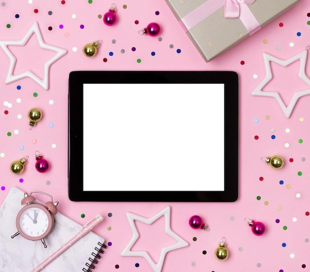 Blocco note in marmo con penna, regalo e ornamenti su sfondo rosa