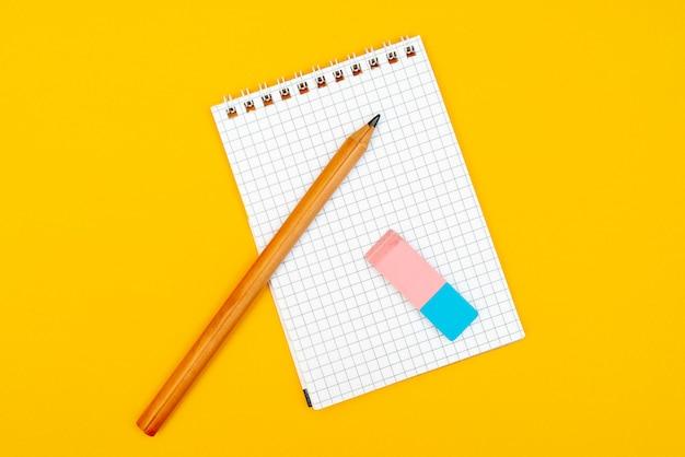 Blocco note, matita e gomma.
