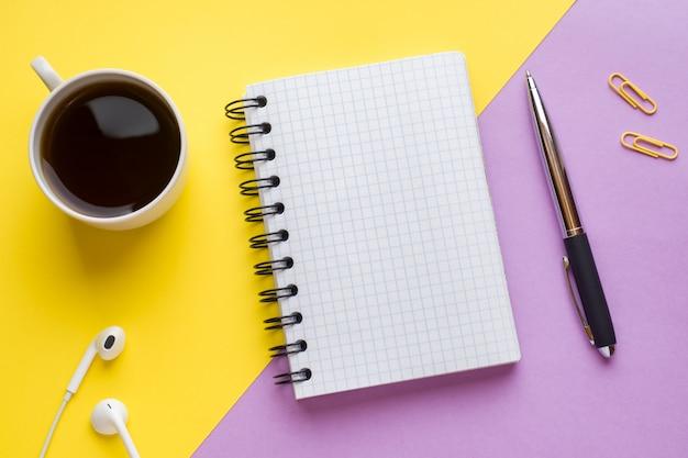 Blocco note per testo e tazza di caffè