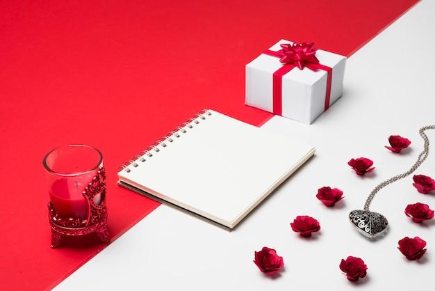Blocco note vuoto con regalo sul tavolo