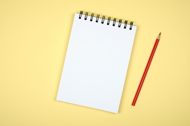 Blocco per appunti in bianco per le idee su fondo colorato