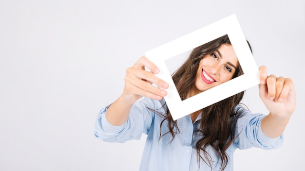 Blocco per grafici felice della holding della donna davanti al fronte