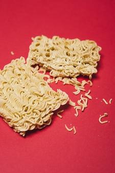 Blocco rotto di spaghetti istantanei