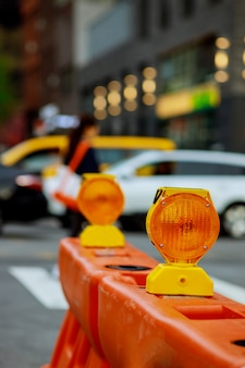 Blocco stradale o blocco cantiere con segnale su strada. barricata stradale rossa e bianca.