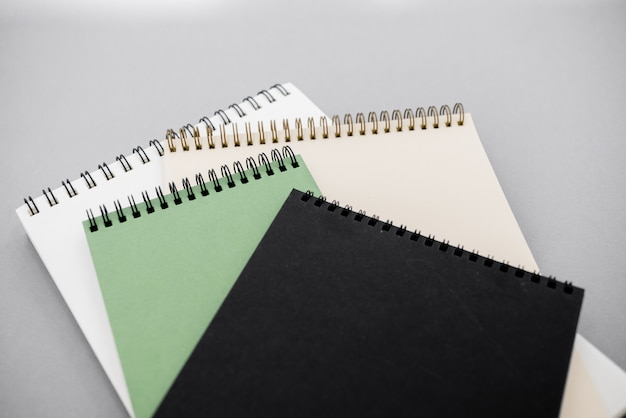 Block notes su sfondo grigio con spazio di copia