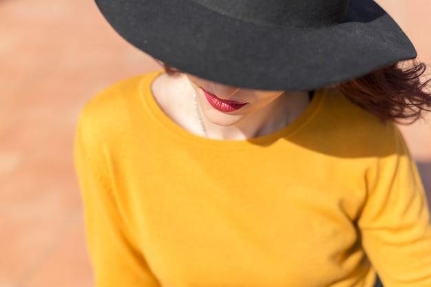 Blogger bruna in posa per una foto