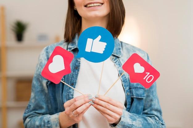 Blogger del primo piano che tiene le bandiere dei social media