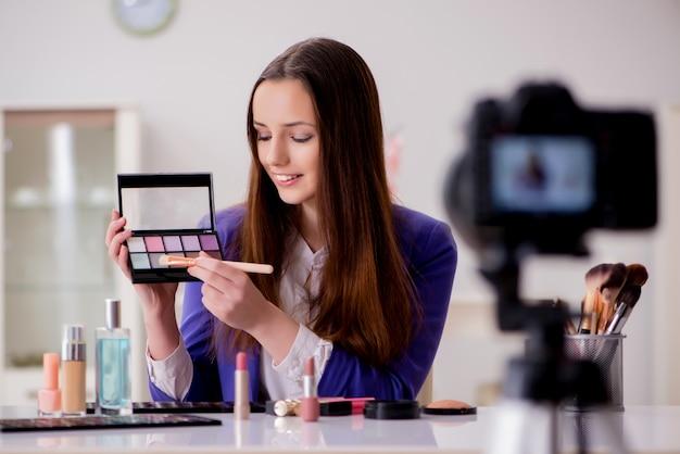 Blogger di bellezza che registra video per blog