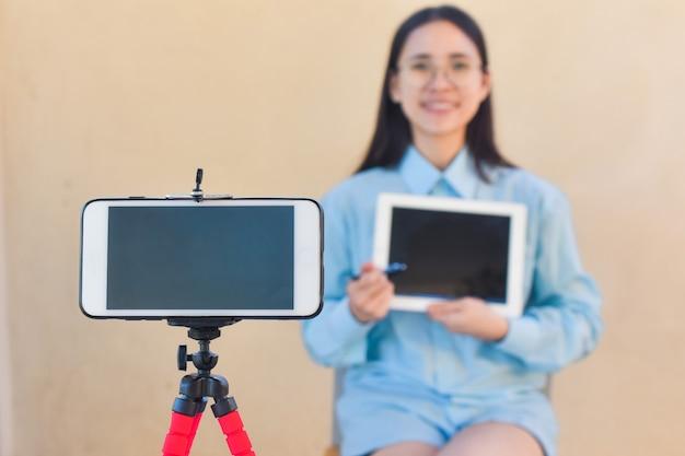 Blogger donna saluta la pagina dei fan che segue su internet e la classe di formazione online