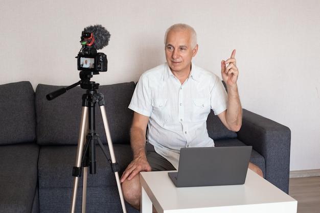 Blogger maschio senior che registra video a casa