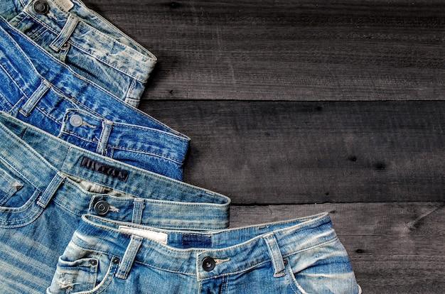 Blue jean e jean mancano di consistenza sul tavolo