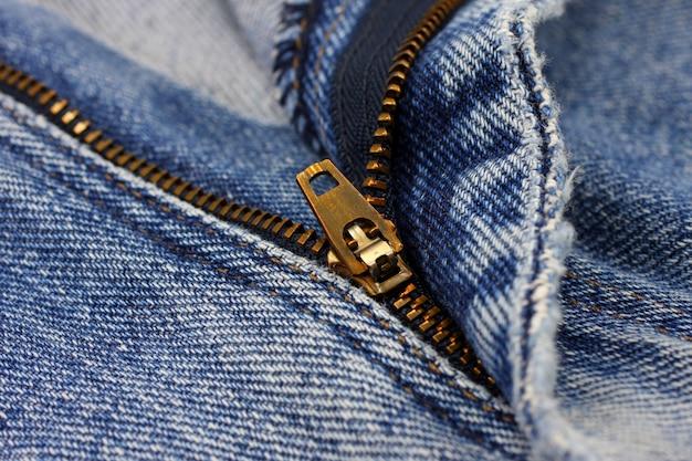 Blue jeans del primo piano con la chiusura lampo.