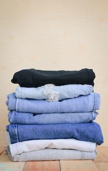 Blue jeans su fondo di legno marrone