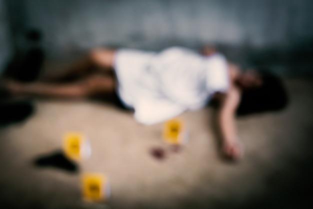 Blurry of woman cadavere che è stato violentato da ladro o ladro in una casa abbandonata