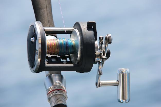 Bobina di traina contro il mare. avvicinamento. forniture per la pesca.
