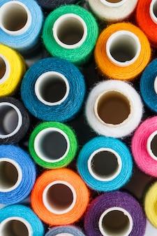 Bobine colorate di filo per cucire. filo colorato per cucire