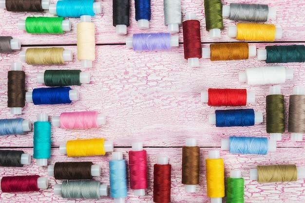 Bobine con fili colorati