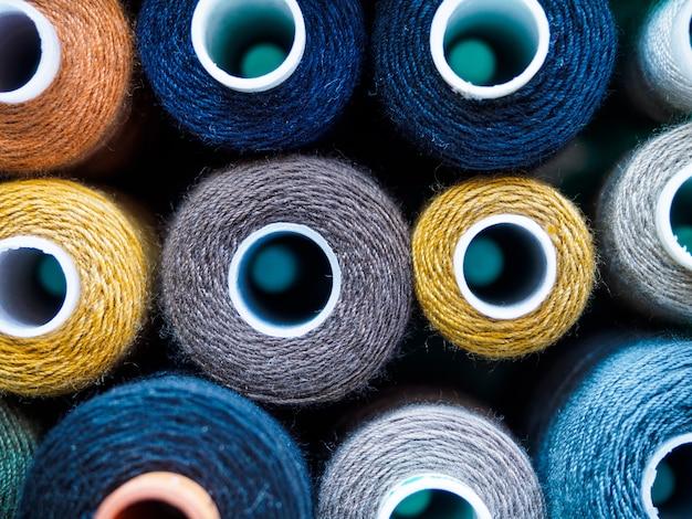 Bobine con fili di diversi colori per cucire.