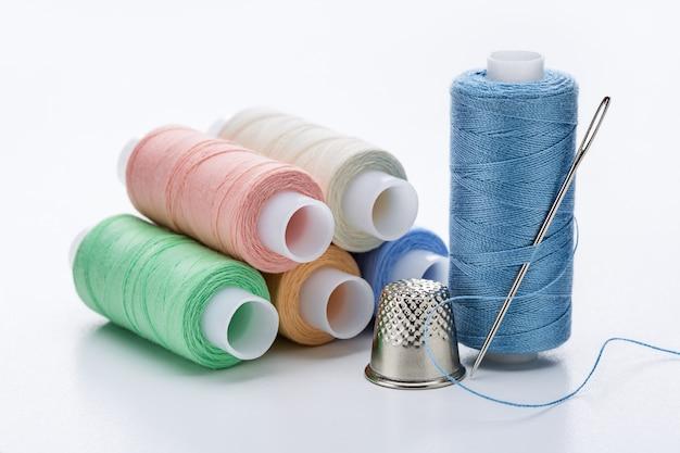 Bobine di fili colorati di colori pastello.