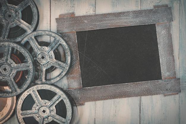 Bobine di film e una lavagna nera