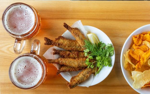 Boccale con birra e snack alla birra