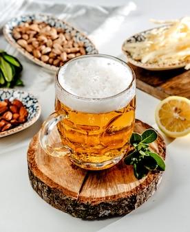 Boccale di birra sul tavolo