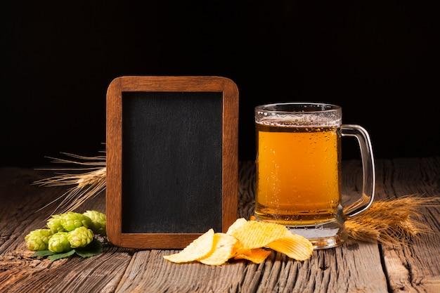 Boccale di birra vista frontale con lavagna