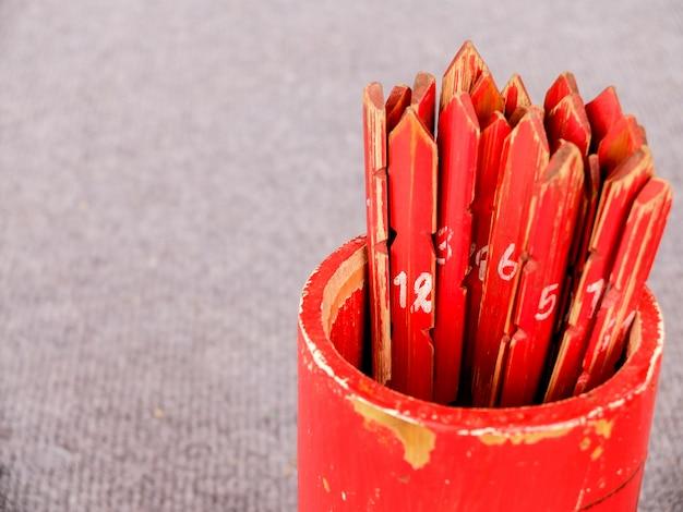 Boccetta di bambù rossa della fortuna del lotto del cast del tempio cinese