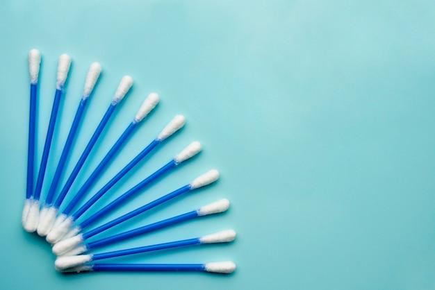Boccioli di cotone su sfondo blu