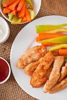 Bocconcini di pollo con salsa e verdure