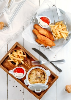 Bocconcini di pollo e julien di funghi con patatine fritte