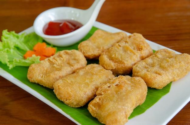 Bocconcini di pollo fritto con salsa di pomodoro. piatto delizioso