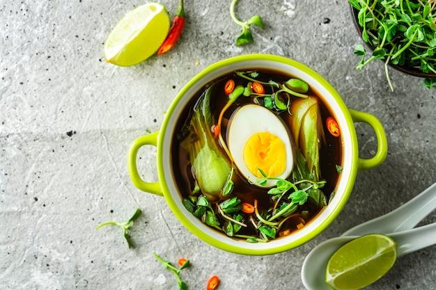 Bok choi asiatico del bambino e minestra dell'uovo in una ciotola