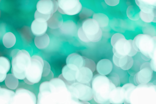 Bokeh astratto blu e luce verde dalle foreste naturali per fondo
