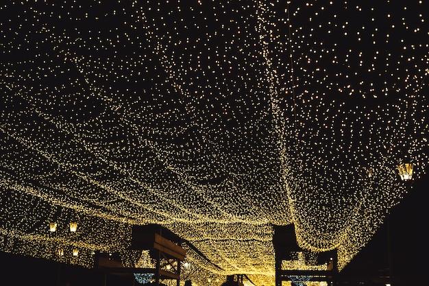 Bokeh astratto dalla decorazione di illuminazione per. illuminazione festiva notturna di una strada cittadina