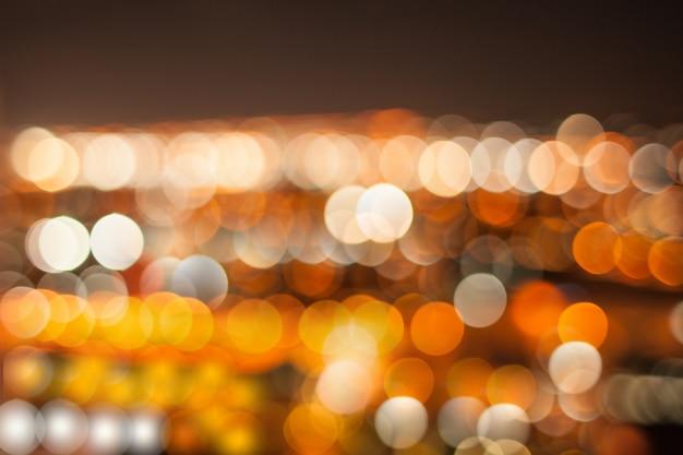 Bokeh astratto dell'oro nella notte della città