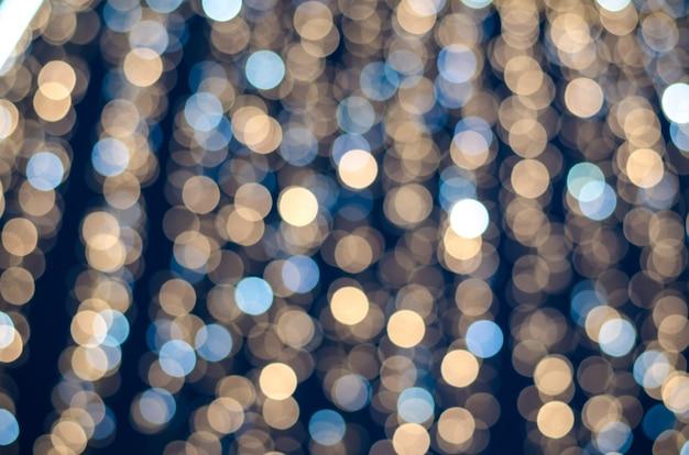 Bokeh astratto di luci di festone su sfondo scuro.