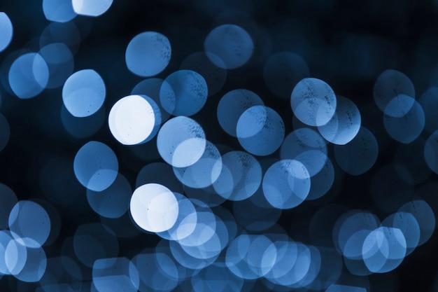 Bokeh blu illuminato su fondo nero