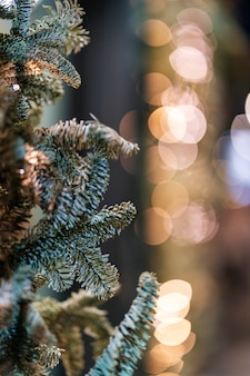 Bokeh delle luci di natale e dell'albero di natale in. scena invernale.