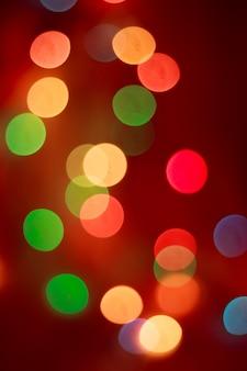 Bokeh di capodanno. nuovo anno. bokeh dalle luci di una ghirlanda. le luci sono accese festivo